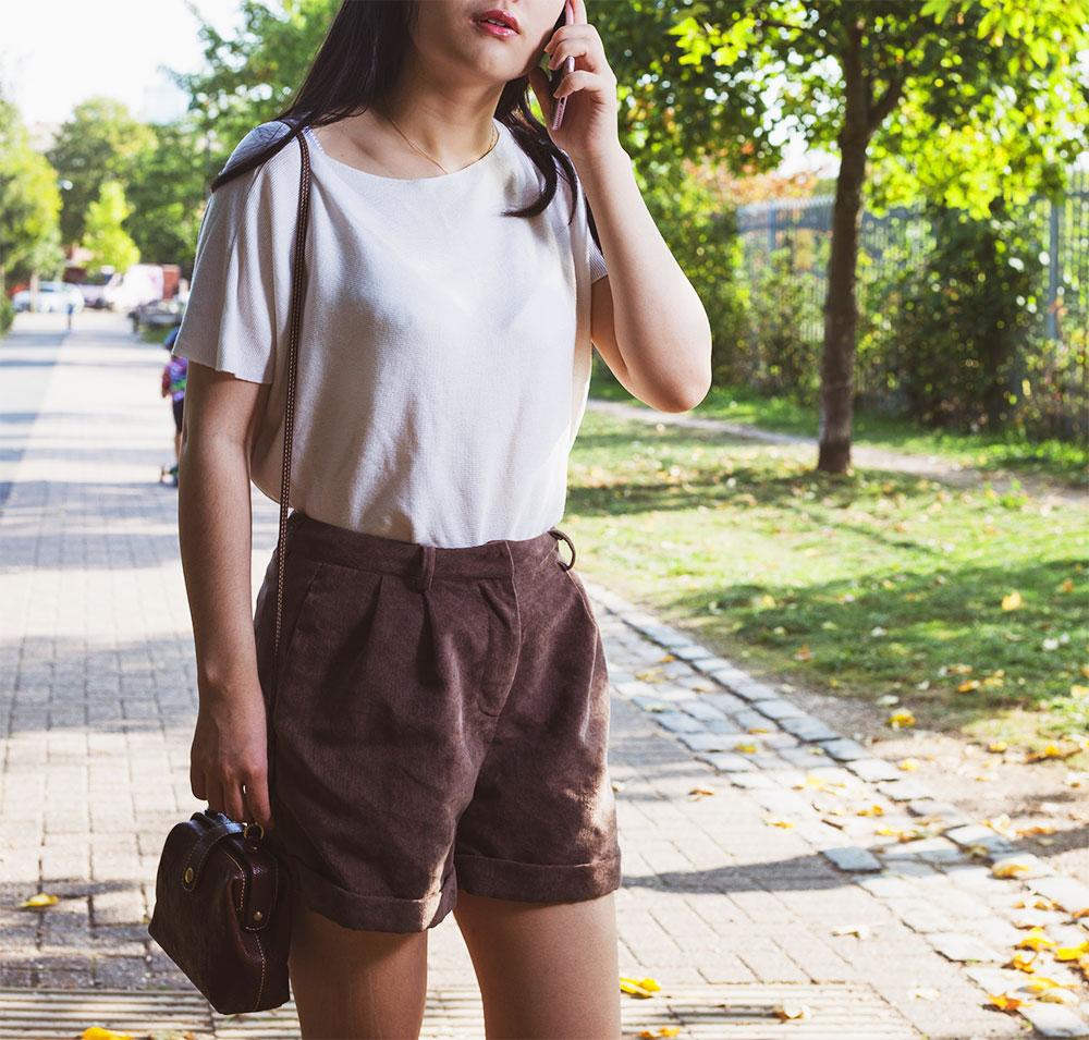 с чем носить коричневые шорты женские