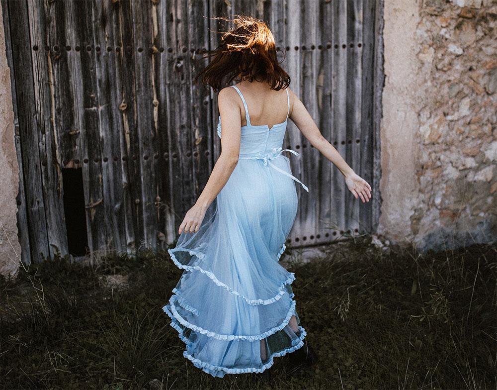 многослойное голубое платье