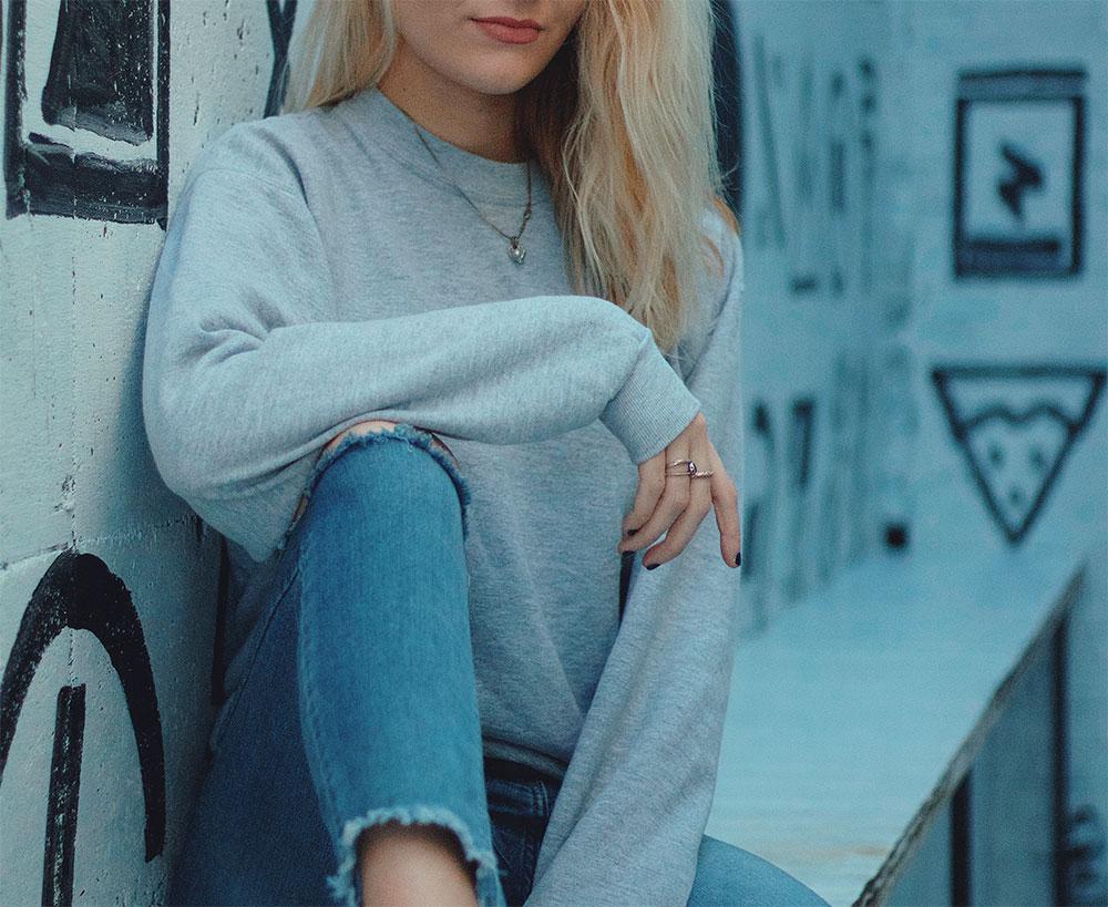 серый женский свитшот