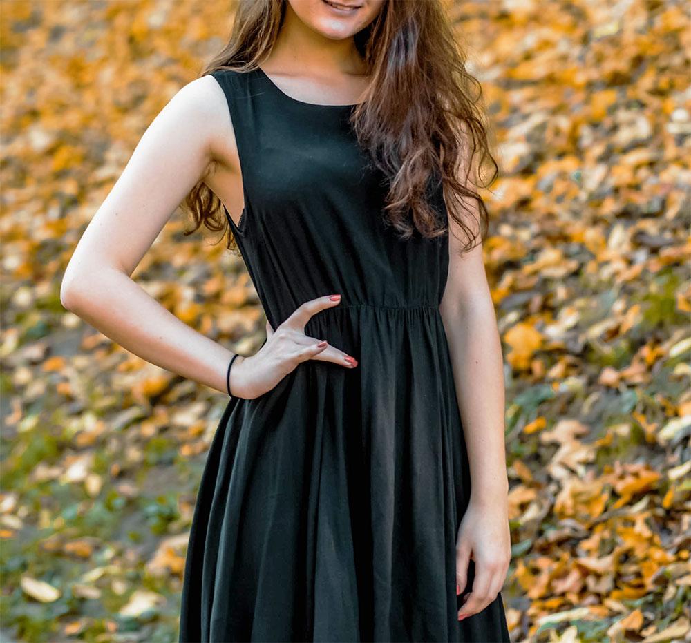 маленькое черное атласное платье