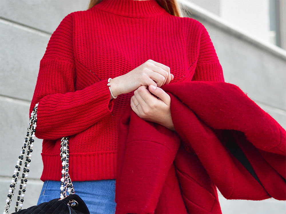 красивая красная кофта