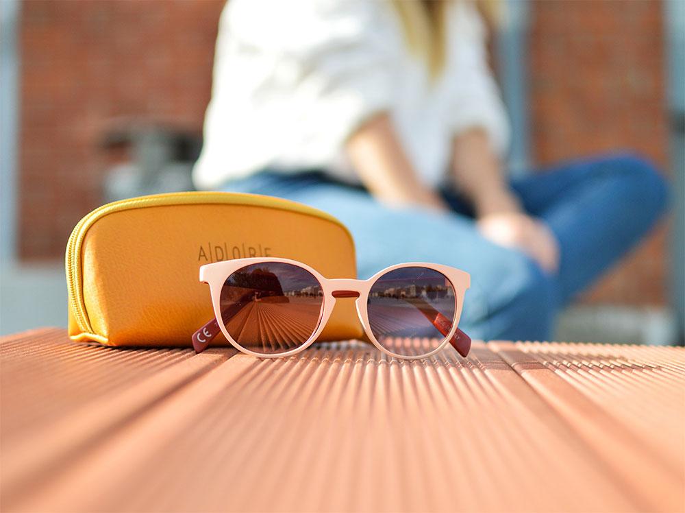 круглые очки в розовой оправе